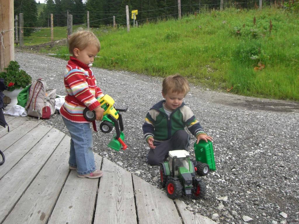 """""""Kinderbetreuung"""" vor der Hütte"""