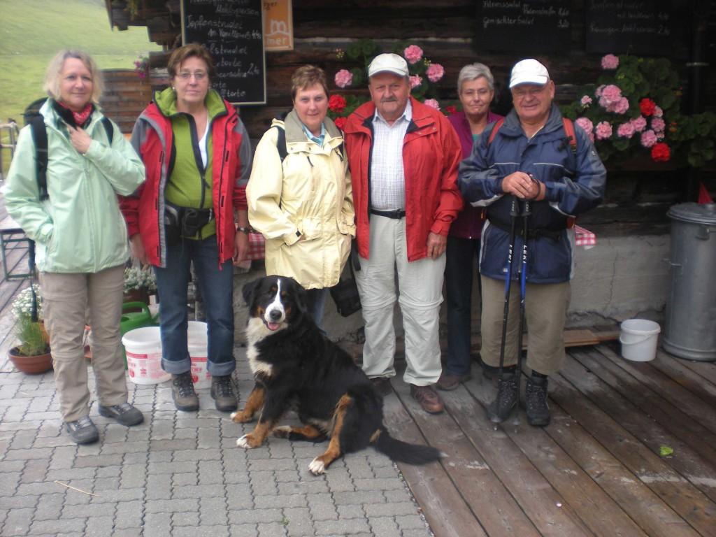 Wandergruppe vor der Rottenhütte