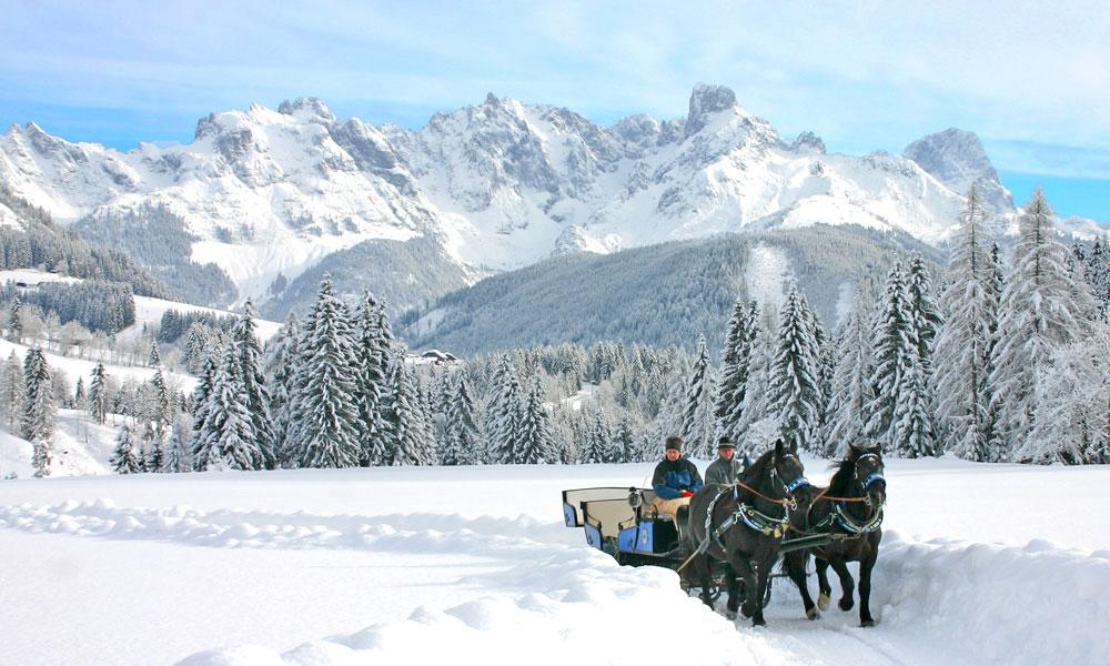 Pferdeschlitten und verschneiter Gosaukamm