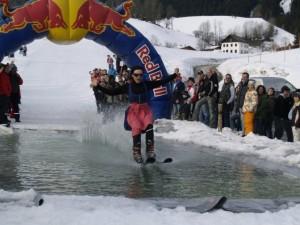 Wer schafft es über das 10 Meter lange Wasserbecken?