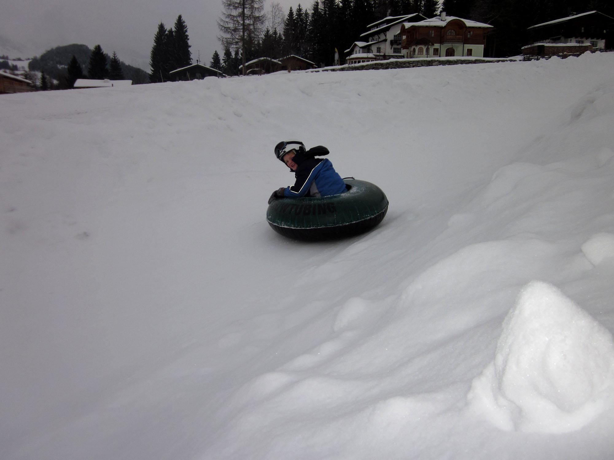 mit dem Luftreifen rasant den Schneekanal bergab
