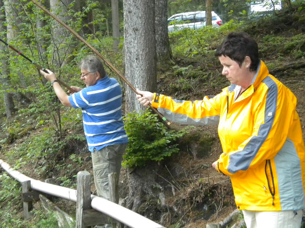 Gäste fischen am hauseigenen Fischteich