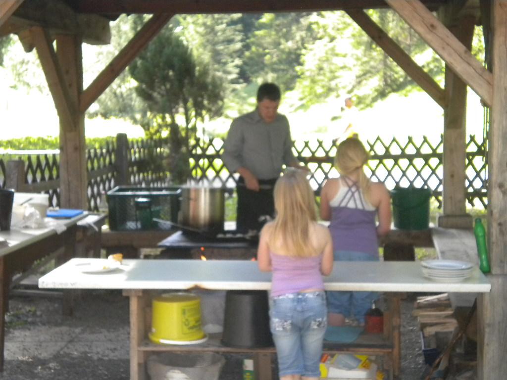 Zubereiten der erangelten Fische für die Gäste