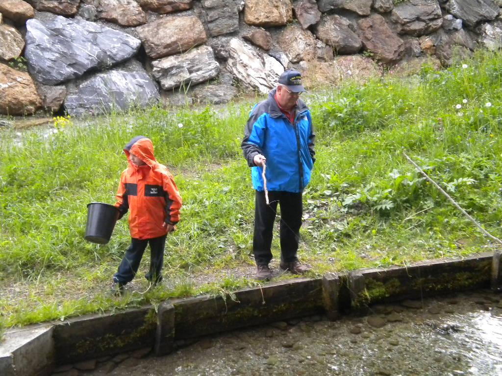 Die Kleinsten beim Angeln am Hausteich des Lämmerhofs