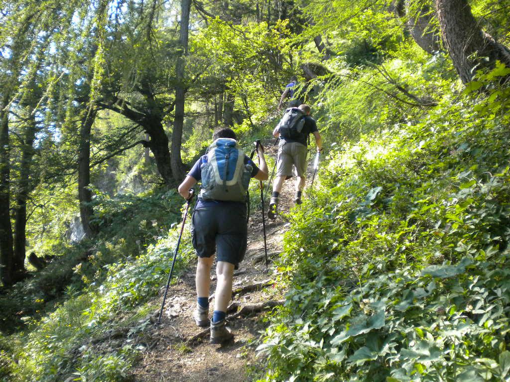Steil bergauf zum Gipfelkreuz
