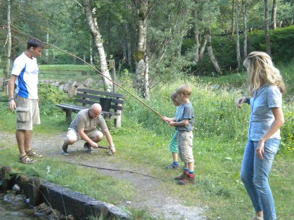 Große und kleine Gäste beim Fischen