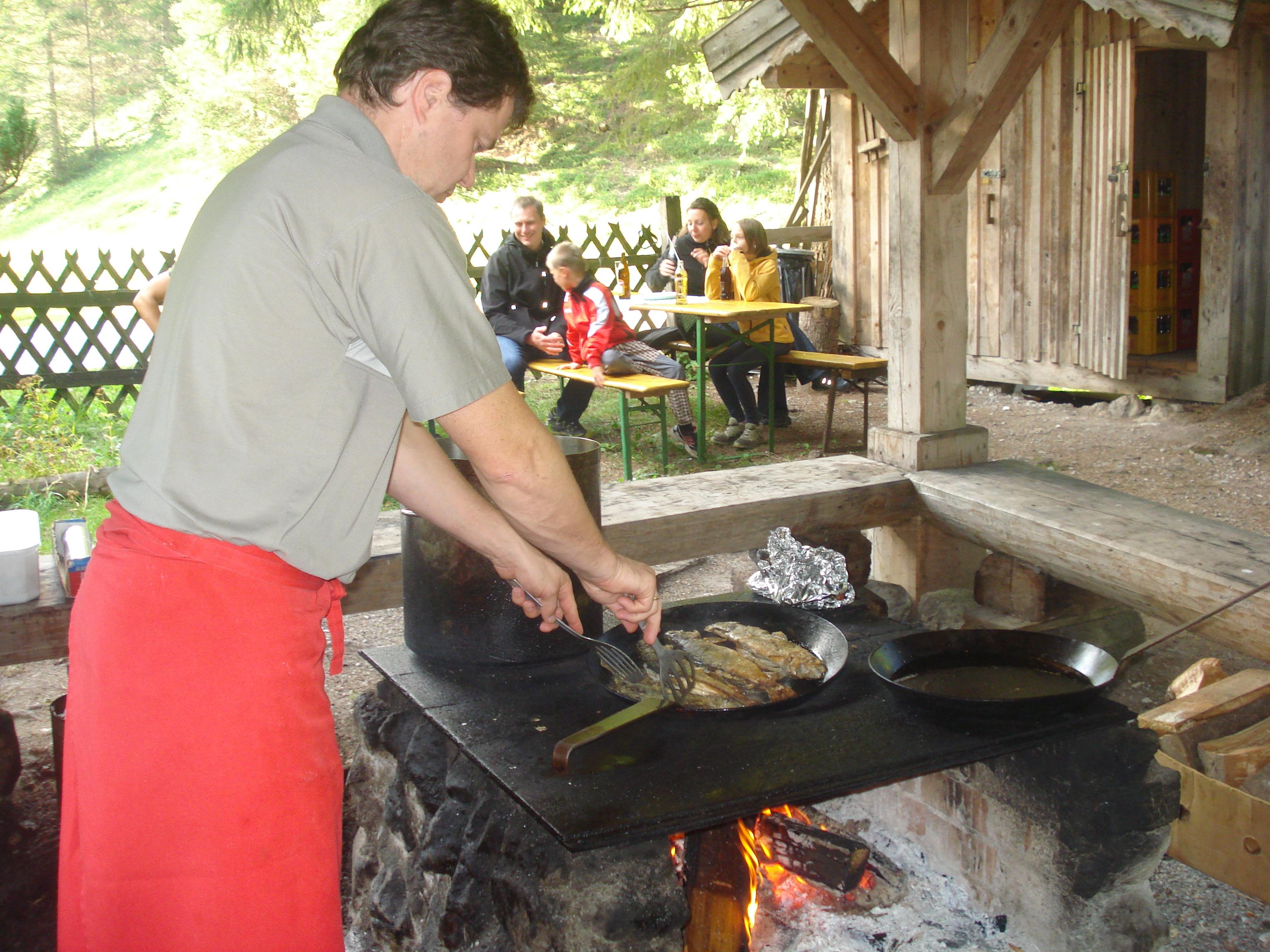 Georg brät die frischen Fische