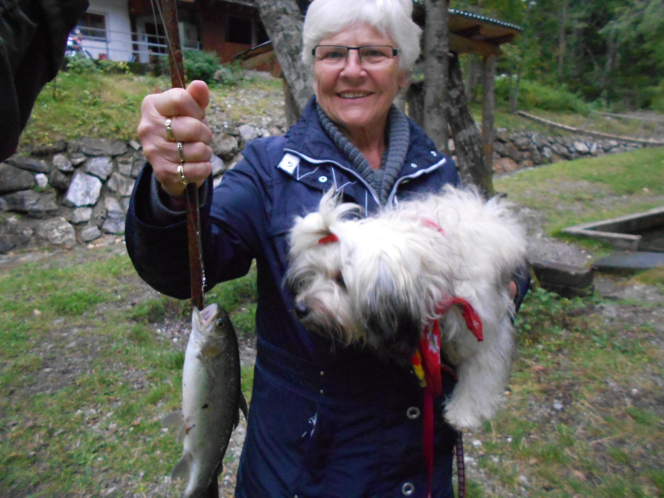 Mit Hund und Fisch