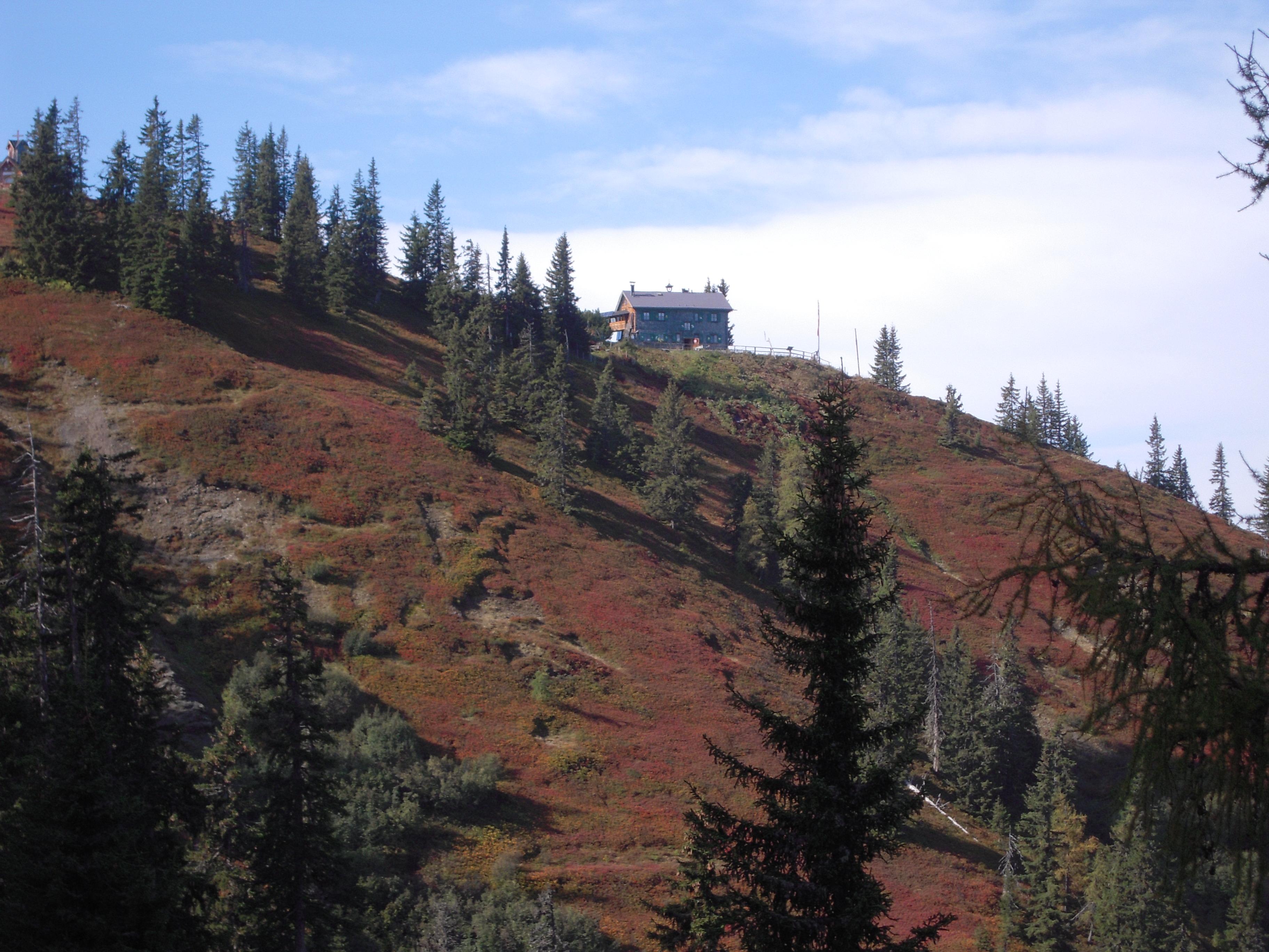 Herbstwanderungen in der Nähe des Berghotels