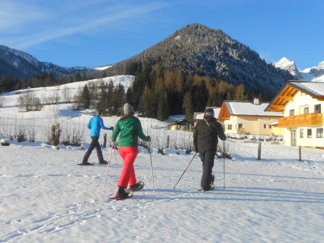 Schneeschuhwanderer an einem sonnigen Wintertag im Lammertal
