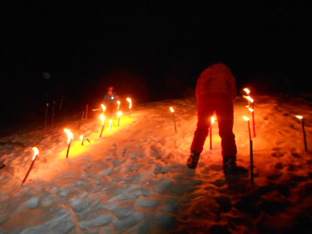 Fackeln im Schnee zu Silvester