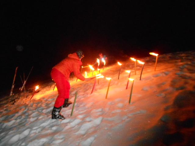 Fackeln am Schneehang hinter dem Berghotel Lämmerhof