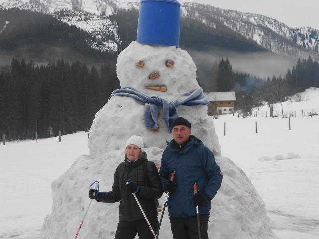 Zwei Schneeschuhwanderer mit Schneemann im Lammertal