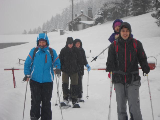 Familie beim Schneeschuhwandern im Lammertal