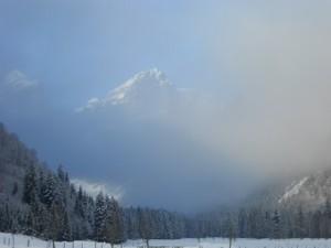 Der Nebel gibt einen Blick auf die Gipfel des Tennengebirges bei frei einer Schnupper-Skitour