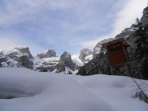 Ein Hochstand in der Winterlandschaft