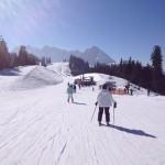 Skifahrer auf der Piste in der Skiregion Dachstein West