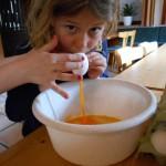 Die Kleinen sind schon sehr bemüht beim Ostereier ausblasen und bemalen!