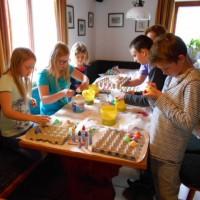 Die Kinder am Lämmerhof beim Ostereier bemalen und Basteln