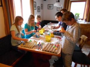 Die Kinder am Lämmerhof beim Ostereierbemalen und basteln
