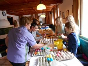 Ostereier bemalen mit einer ganzen Gruppe Kinder ist gar nicht so einfach! Osterbräuche am Lämmerhof