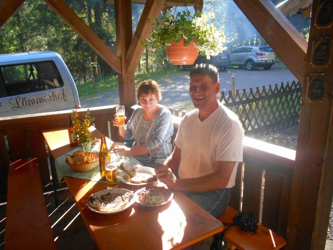 Gäste auf der Tarrasse der Fischteichhütte im Lammertal