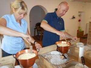 Frischkäse herstellen während der Lämmerhof Heimatwochen