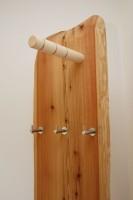Kleiderständer aus Zirbenholz in der Zirbensuite im Lämmerhof