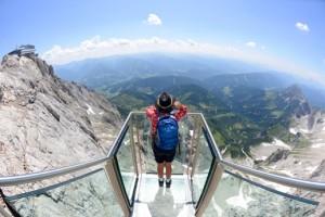 Treppe ins Nichts an der Hängebrücke am Dachstein