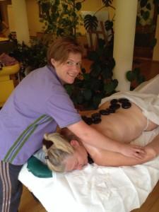 Entspannen mit der Kraft der Steine bei einer Steinmassage im Berghotel Lämmerhof
