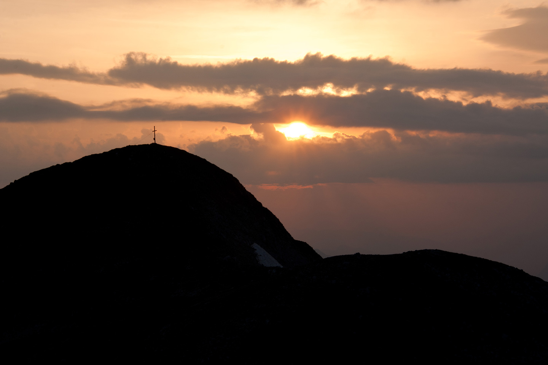 Gipfelkreuz Hochkarfelder im Morgenrot