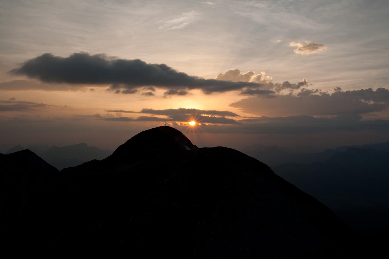 Gipfelkreuz Hochkarfelder bei Sonnenaufgang