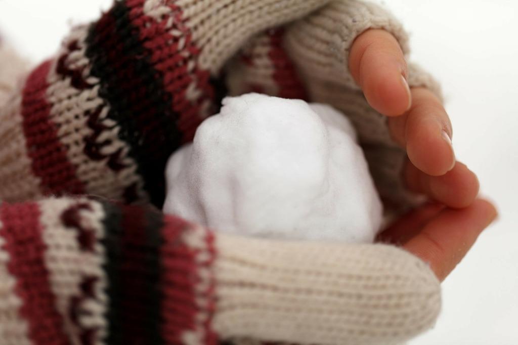 Schneeballschlacht im Winterurlaub