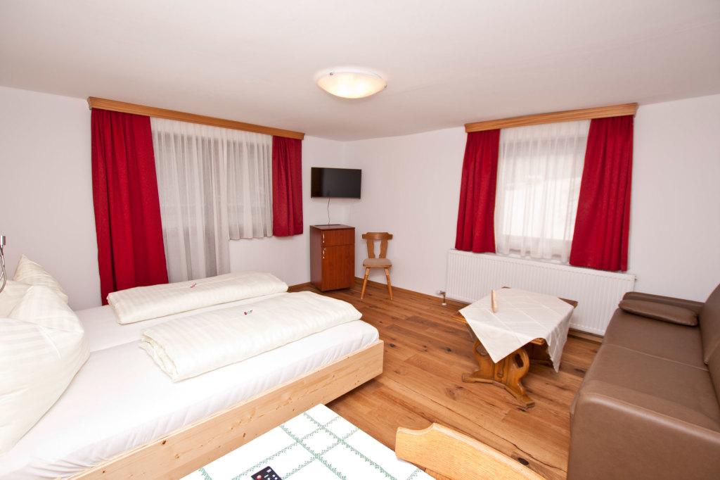 Schlafzimmer mit Holzmöblierung im Lämmerhof in Salzburg