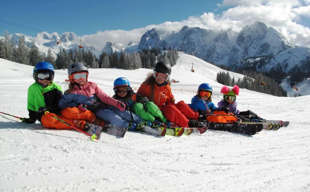 Skilehrerin mit Skigruppe