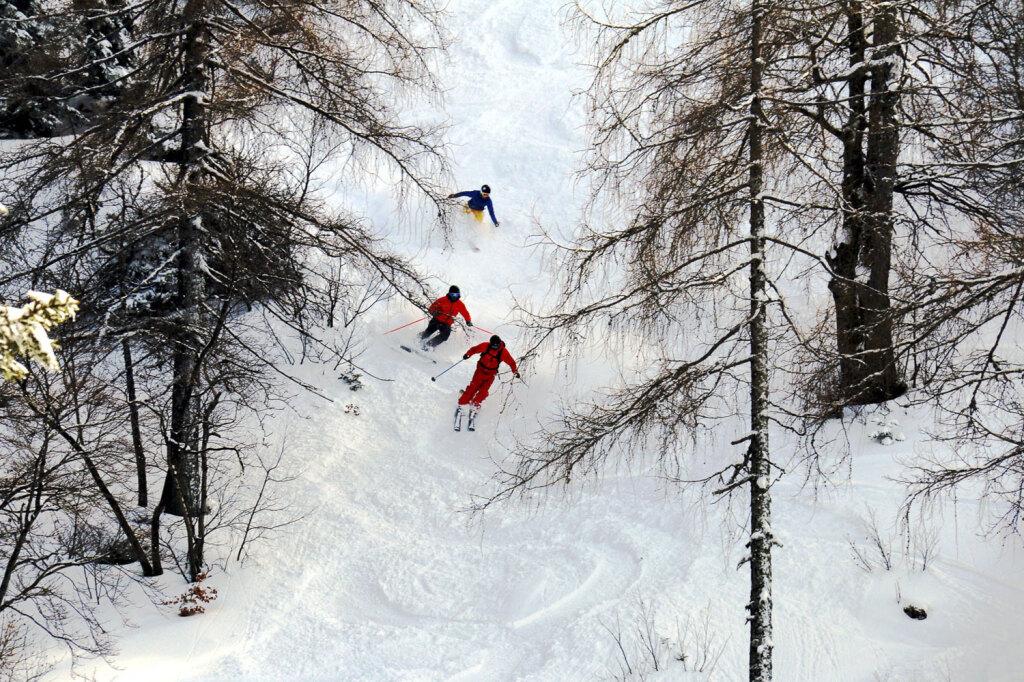 Skilehrer mit Skischülern