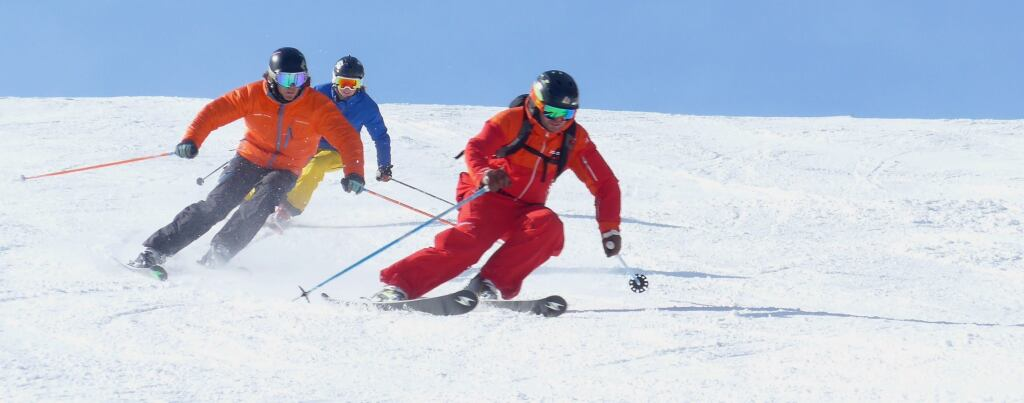 Skilehrer mit 2 Skischülern