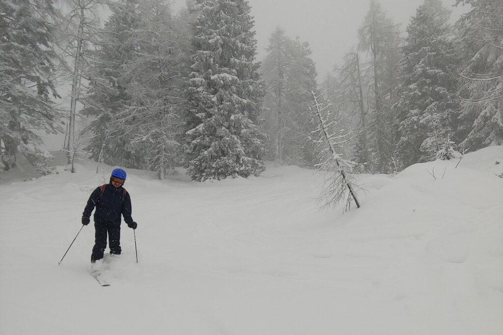 Ein Skifahrer im Tiefschnee