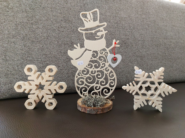 Schneemann und Schneeflocken aus Holz