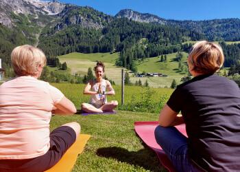 Yoga praktizieren an der frischen Luft